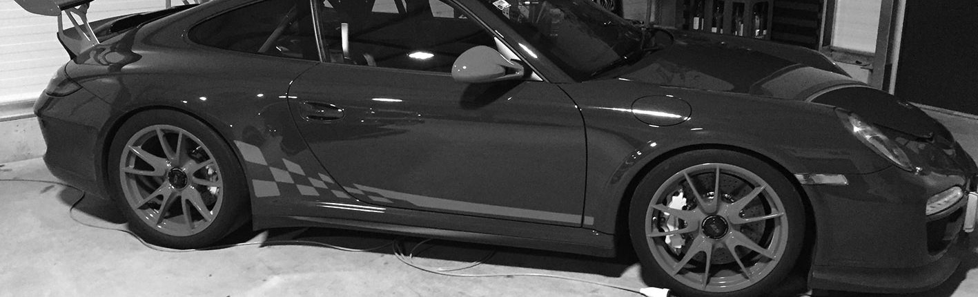 Porsche mit externer Stromzufuhr am Autostellplatz