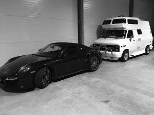 Porsche und Caravan auf jeweils einem Autostellplatz mit rund 15qm